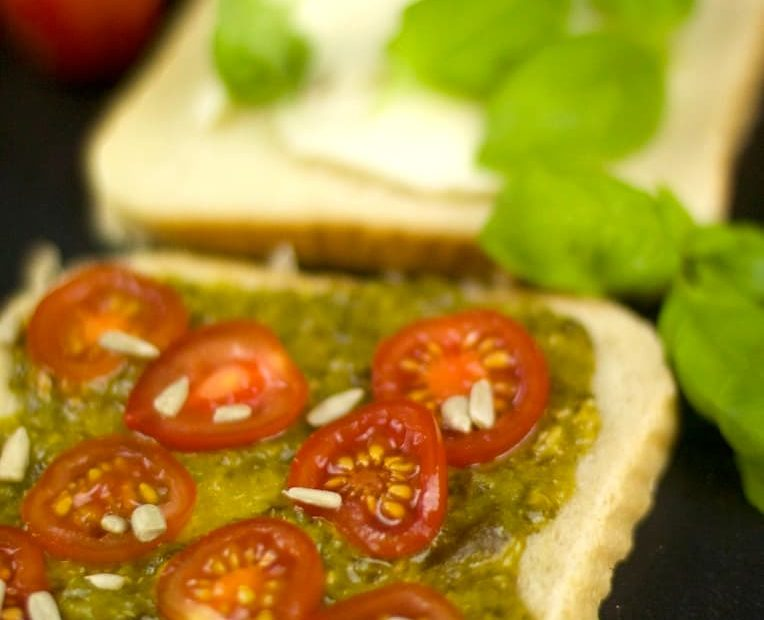 Tomate-Mozzarella-Pesto Sandwich